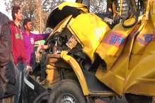 स्कूल बस खड़े ट्रक से टकराई, एक की मौत और चार की हालत गंभीर