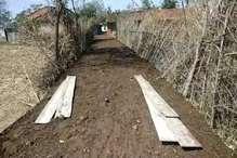 घटिया सड़क निर्माण कार्य के खिलाफ ग्रामीणों का विरोध