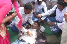 शिक्षामित्रों के धरने का सरकार पर नहीं दिख रहा असर, दूसरे दिन गर्मी से कई हुए बेहोश