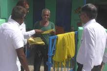 VIDEO: इस सरकारी स्कूल में कार्ड और पीले चावल से बच्चों को निमंत्रण