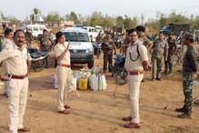 शराब माफियाओं के खिलाफ पलामू पुलिस की कार्रवाई, 10 हजार शराब के पाउच को किया बरामद