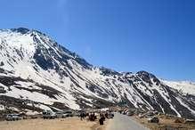 PHOTOS : यहां 13050 फीट की ऊंचाई पर बर्फ संग यूं अठखेलियां कर रहे सैलानी