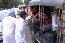 PHOTOS: यमुनानगर में किसानों ने वाहनों को रोक मुफ्त में बांटी लोगों को सब्जियां