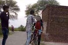 VIDEO में देखिए कैसे बीच सड़क छात्रा को छेड़ते रहे मनचले, गुजरते रहे तमाशबीन