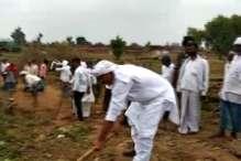 किसी ने नहीं सुनी तब पूर्व मंत्री और ग्रामीणों ने मिल सड़क बनाई
