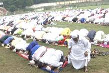 VIDEO: धनबाद में ईद-उल-अजहा की अदा की गई नमाज, गले मिलकर दी गई बधाई