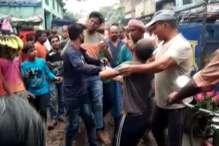 VIDEO: छेड़खानी के आरोप में भीड़ ने मनचले को पीटा