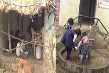 सागर: सरकार की उदासीनता के कारण झोपड़ी में लग रही बच्चों की पाठशाला, धोने पड़ रहे बर्तन
