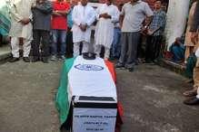 PHOTOS: फ्लाइंग ऑफिसर कार्तिक का अंतिम संस्कार, परिजन बोले-डूबा नहीं, डूबाया गया