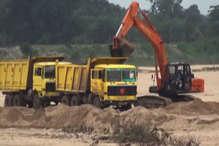 VIDEO: कांग्रेस विधायक के गोद लिए गांव में धड़ल्ले से हो रहा अवैध रेत खनन