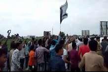 VIDEO: करणी सेना ने दिखाए ज्योतिरादित्य सिंधिया को काले झंडे