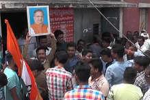 VIDEO: युवा कांग्रेस और NSUI ने शराब दुकानों पर लगाई CM की फोटो