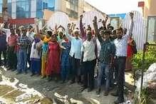 फैक्ट्री मालिकों ने 6 महीने से नहीं दिया वेतन, कर्मचारियों ने फैक्ट्री के गेट पर जड़ा ताला
