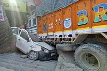 PHOTOS: बाइक सवार को बचाते दुकान में घुसा ट्रक, 55 मिनट तक फंसा रहा चालक