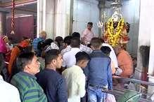 VIDEO: राजधानी के मंदिरों में पूजा-अर्चना के लिए दूरदराज से पहुंच रहे भक्त