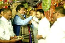 OPINION : पूजा पंडाल में राजनीति का विद्रूप, शत्रुघ्न सिन्हा ने तेजस्वी के माथे पर लगाया 'कांग्रेसी' तिलक