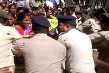 VIDEO : मुख्यमंत्री आवास घेरने जा रहे रसोईया पर पुलिस का लाठी चार्ज