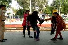 रेलवे स्टेशन पर महिला पुलिसकर्मियों ने की युवती की पिटाई, VIDEO वायरल