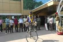 VIDEO : बिना ब्रेक व सीट वाली साइकिल से यात्रा कर 33 राज्यों में दिया स्वच्छता का संदेश