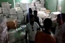 छापामार कार्रवाई में ट्रक और गोदाम से लाखों की पॉलीथिन जब्त