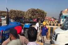 गन्ने की ट्रैक्टर ट्रॉलियों से टोल वसूलने पर भारतीय किसान यूनियन का हंगामा