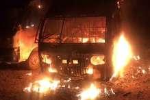 PHOTOS: हाइवे पर खड़ी दो गाड़ियों में लगी आग, कुछ ही पल में पूरी तरह हुई खाक