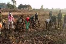 VIDEO: पलामू में सीआरपीएफ ने किसानों के साथ खेतों में चलाए फावड़े