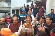 VIDEO: लंबे समय बाद मिली जीत से कांग्रेस में ख़ुशी, गुलाल लगाकर मनाया जश्न