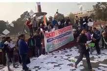 संसद के बाहर यूपीएससी के छात्रों का प्रदर्शन, सुरक्षा में चूक का मामला