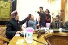 शिमला MC के डिप्टी मेयर से भिड़ी BJP की महिला पार्षद, हाथापाई पर उतरी
