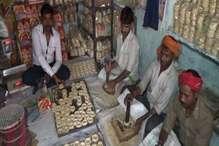 गया से आए कारीगरों के बनाए तिलकुट का स्वाद ले रहे गुमलावासी