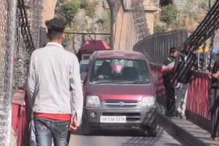 VIDEO: मंडी के इस राजा ने कार से तेज दौड़ाया घोड़ा, ईनाम में मिली कार के लिए बनाया पुल