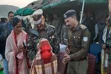 नक्सल प्रभावित गांव में डीजीपी ने कंबल बांटे, किया जनसंवाद