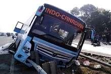 करनाल में इंडो कनेडियन बस पलटी, शीशे तोड़ निकाले गए यात्री