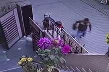 VIDEO : घर के गेट पर कॉलेज से लौट रही महिला प्रोफेसर का बैग लूटा