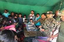 पलामू डीआईजी ने नक्सल प्रभावित चेतमा में बांटे स्कूल बैग व अन्य सामग्री
