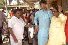 BJP सांसद ने श्रमिकों को अब बांटीं रमन सरकार के समय की साइकिलें