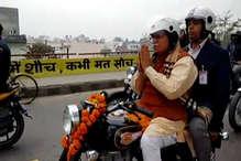 करनाल: बाइक रैली में हैंडल छोड़ अभिवादन स्वीकार करते नजर आए CM मनोहर