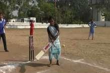 'चूल्हा' छोड़ मैदान पर उतरीं आदिवासी महिलाएं, लगाए 'चौके-छक्के'