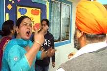 VIDEO : बच्चों का भविष्य बर्बाद करने वाले स्कूल में अभिभावकों ने की तोड़फोड़, प्रबंधक की पिटाई