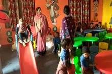 नक्सल प्रभावित चतरा के ग्रामीण आदिवासी बच्चों को अब दी जा रही हाईटेक एजूकेशन