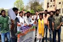 VIDEO : राजस्थान विश्वविद्यालय में कुलपति के खिलाफ छात्रों ने किया प्रदर्शन