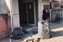 चोरों ने की एटीएम से कैश उड़ाने की कोशिश, नाकाम होने पर किए दो टुकड़े