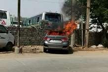 PHOTOS: बसपा और लोजपा की रैली के दौरान पार्किंग में खड़ी कार में लगी आग