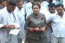 सब्जी मंडी में खरीदारी के साथ CLP लीडर किरण चौधरी ने बेटी श्रुति के लिए मांगे वोट