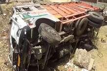 VIDEO: ट्रक पलटने से रेलवे सिग्नल सिस्टम हुआ फेल, चालक को खोज रही पुलिस