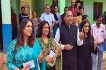 PHOTOS: CM जयराम ने परिवार संग डाला वोट, बोले-ऐतिहासिक जीत होगी