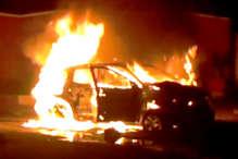 चलती कार बनी आग का गोला, देखें VIDEO