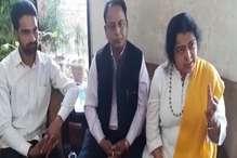 दलित युवक की मौत पर बढ़ा विवाद, आयोग की सदस्य परिजनों से मिली
