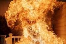 तीन मंजिला इमारत में अचानक लगी आग, युवक ने बचाई 2 लड़कियों की जान